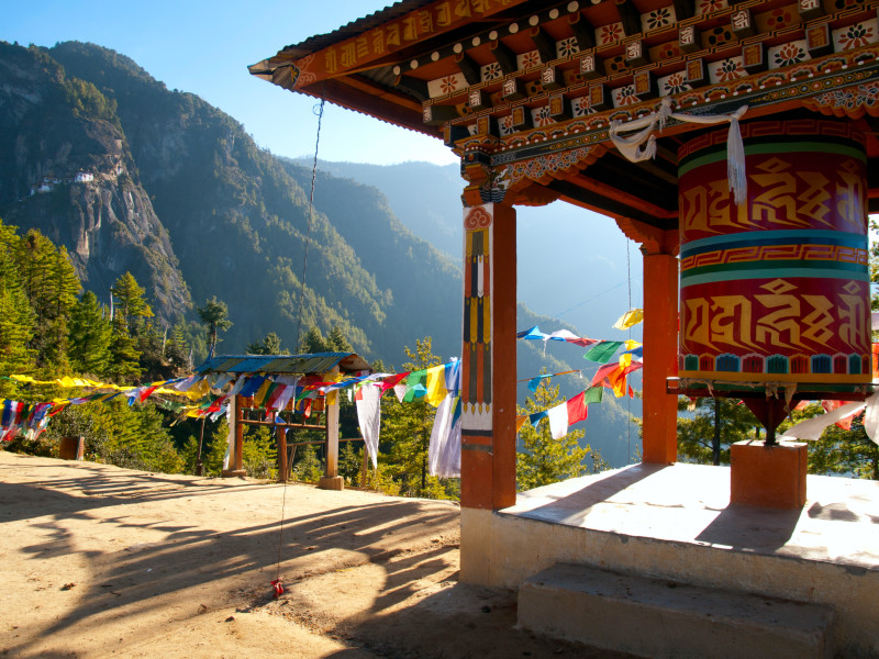 Ruhe, Gebetsfahnen und eine Gebetsmühle statt Massentourismus: Das ist Bhutan.