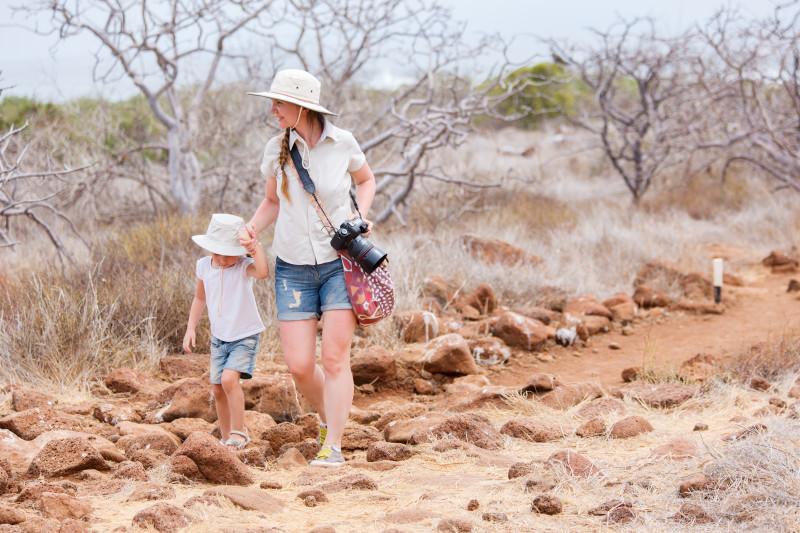 Galagos-Inseln, North Seymour, Mother and daughter hiking at North Seymour, Galapagos islands, Ecuador