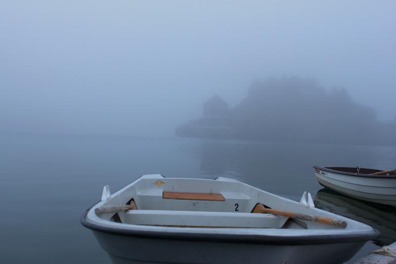 Norwegen. Lofoten. Nebel, Boote