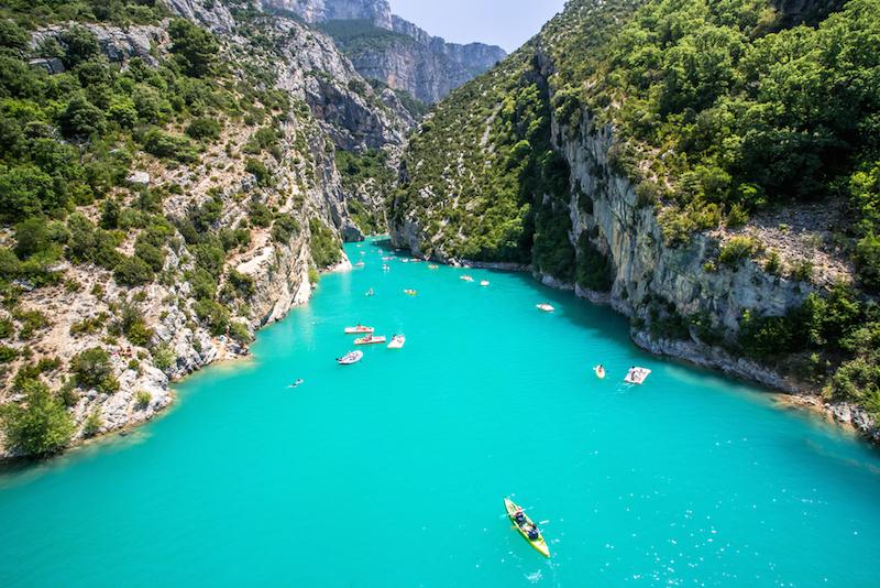 Paddler in türkis-blauem Wasser bei Gorges du Verdon