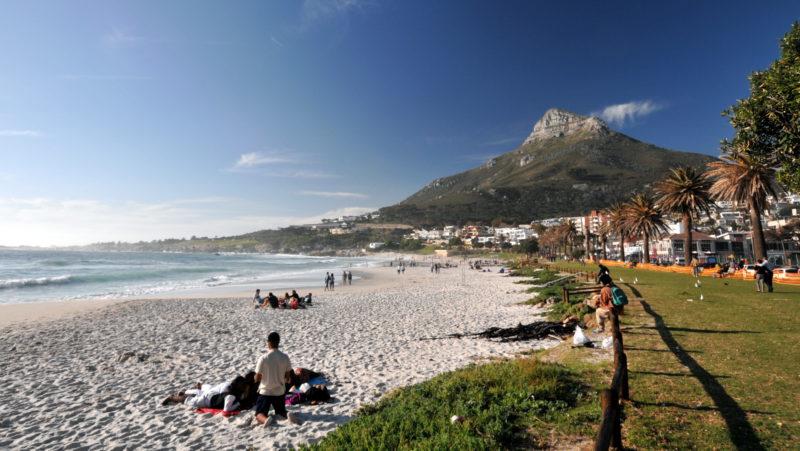 """Zwischen der Bergkette """"Twelve Apostles"""" und dem Atlantik liegt Camps Bay - der Stadtstrand mit weißem Sand."""