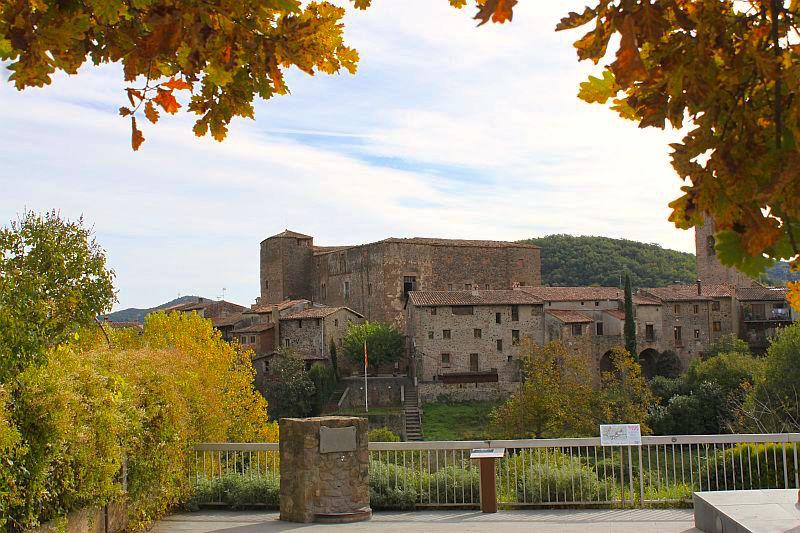 Santa Pau mit seinen Häusern aus dem 14. Jahrhundert.