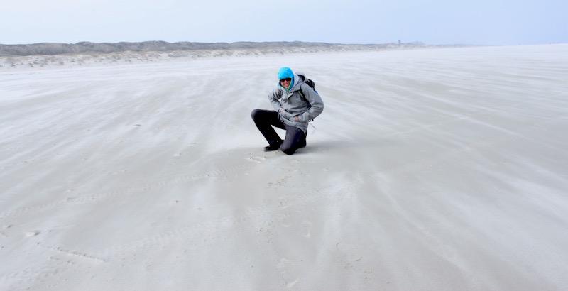 Weiter Strand im Sturm