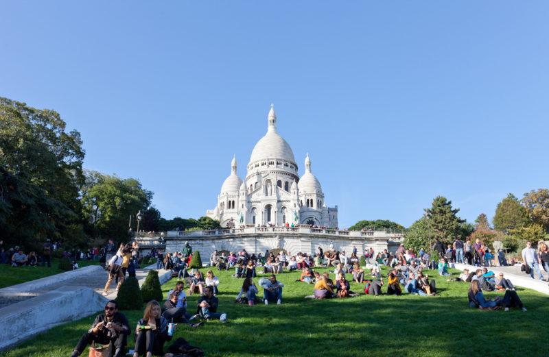 Wiese vor der Sacre Coeur Basilika, Paris