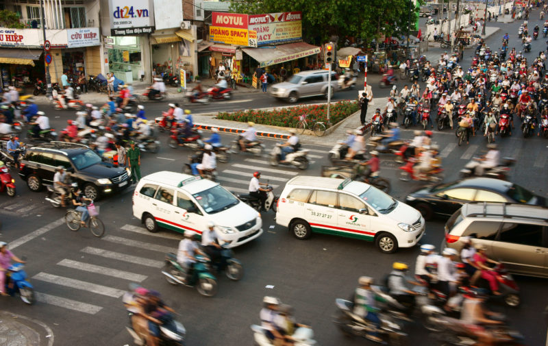 Straßenkreuzung mit viel Verkehr