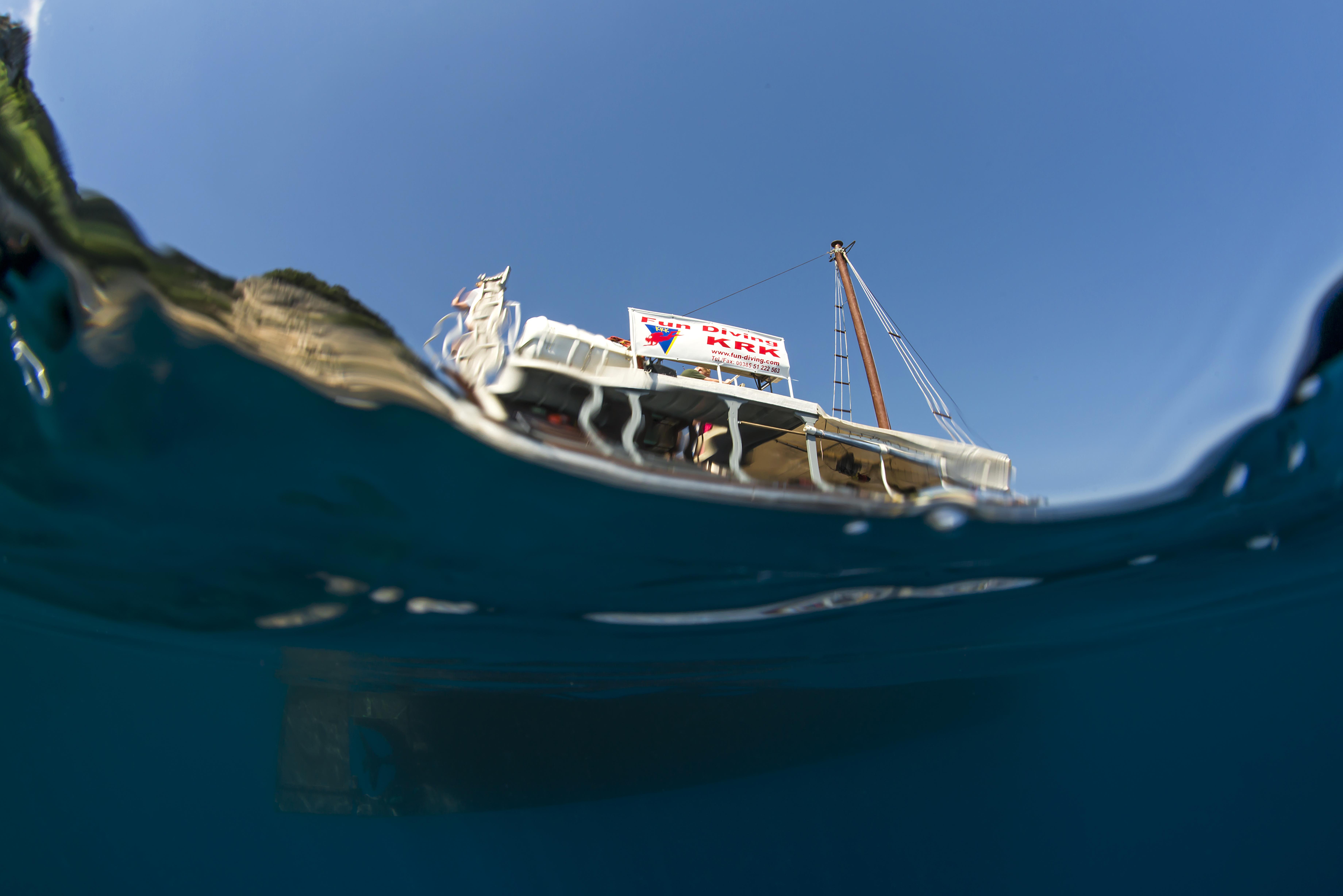 Blick von Unterwasser zum Boot