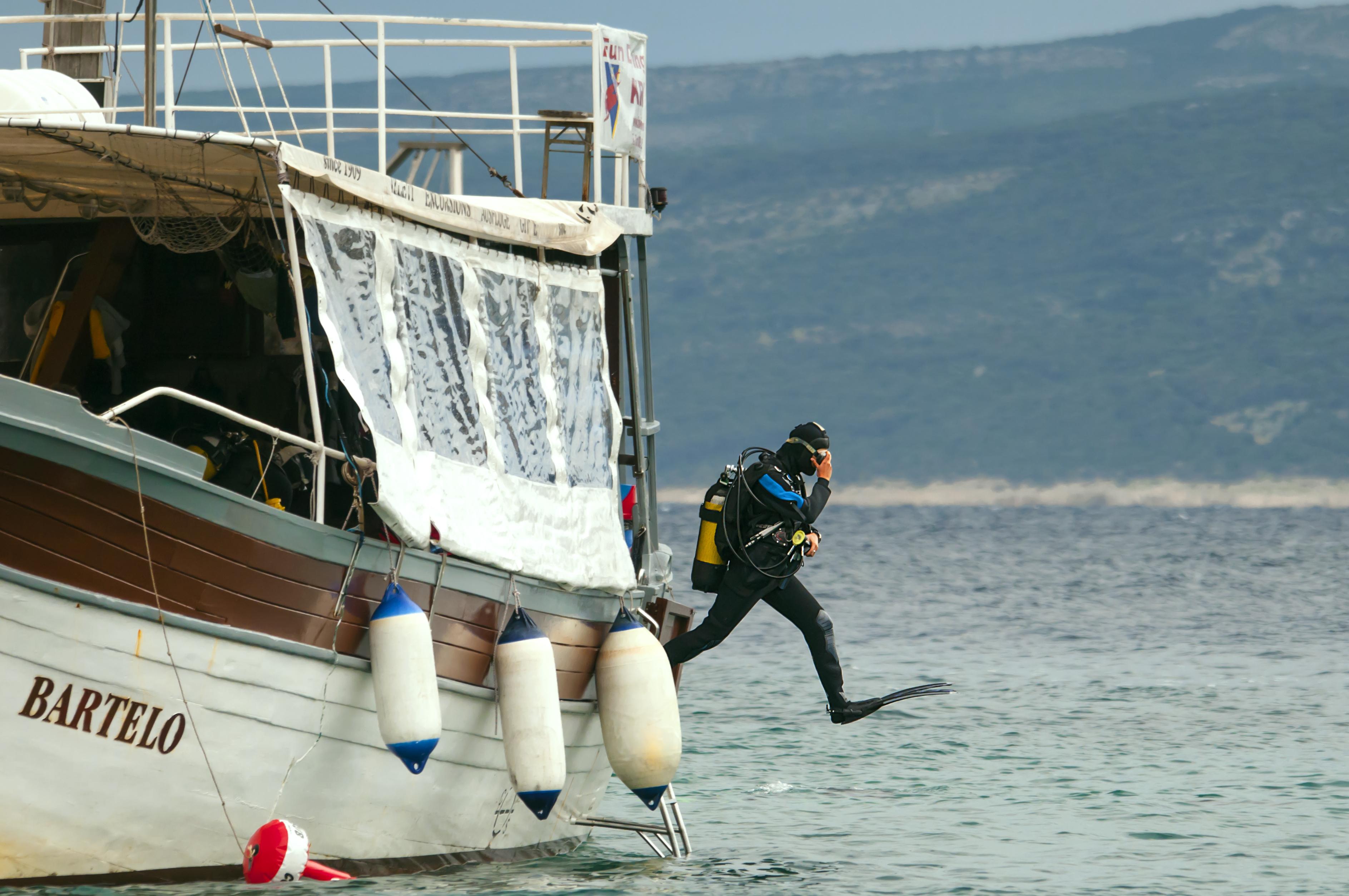 Taucher springt ins Meer
