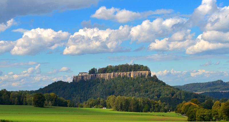 Die imposante Festung Königsstein erhebt sich inmitten malerischer Landschaft der Sächsischen Schweiz