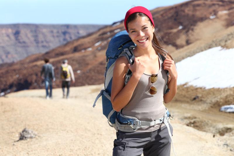 Alleinreisende Frau mit Rucksack
