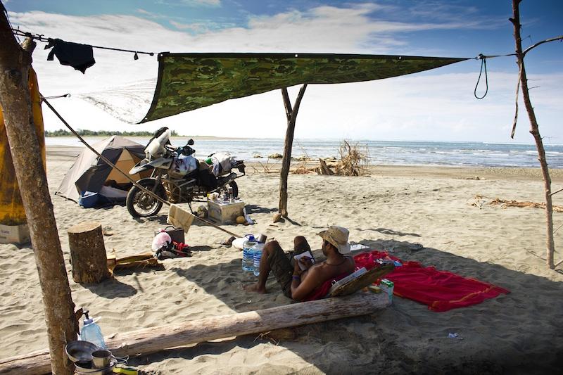 Mit Zelt und Motorrad am Strand in Costa Rica