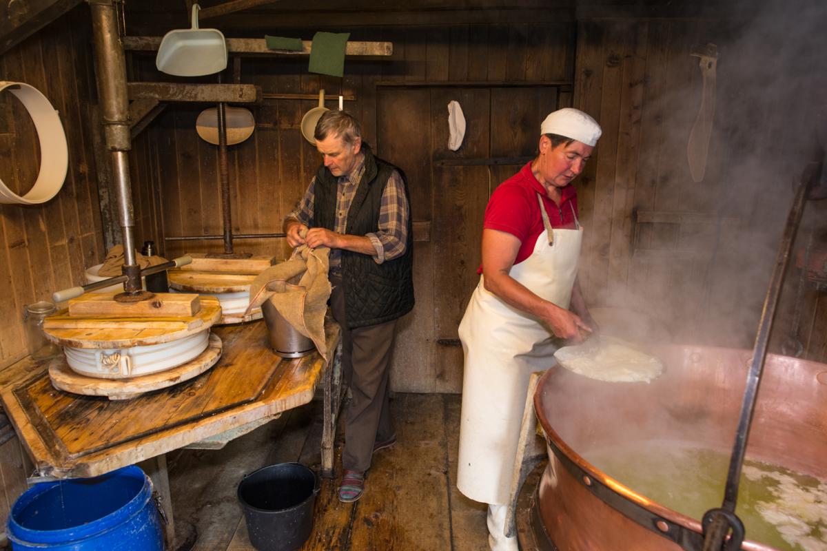 Käse-Herstellung auf der Alpe Helmingen