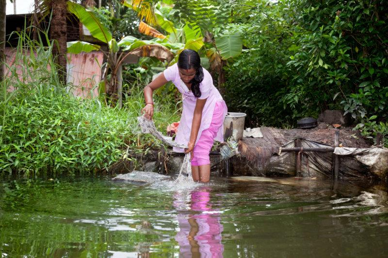 Kerala: Frau mit Waschbrett