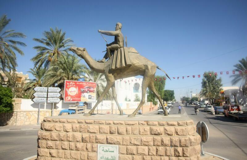 Statue über Kamelrennen in Douz