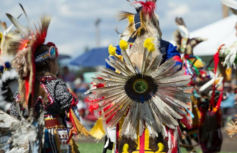 farbenfroh geschmückter Powwow-Tanz der Crow