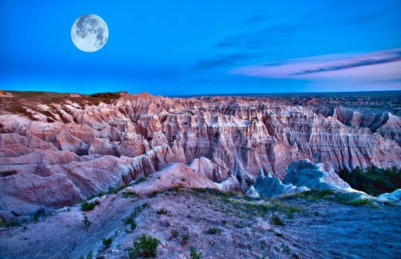 Mittlerer Westen – Abenddämmerung  vor einmaliger Felsenlandschaft mit Mond am Himmel