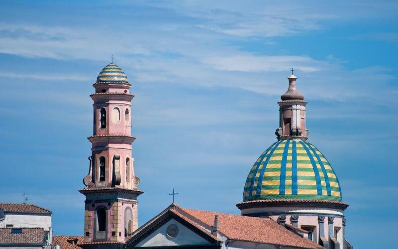 das bunte Kirchendach von Vietri sul Mare