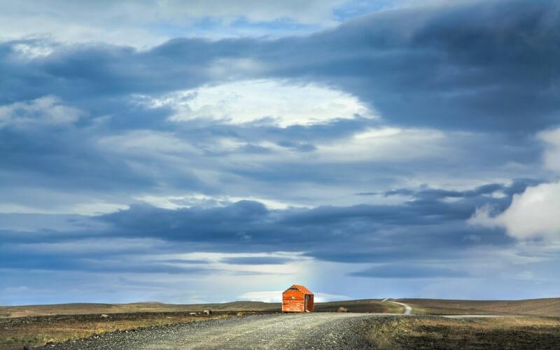 Leere Straße durch isländische Landschaft