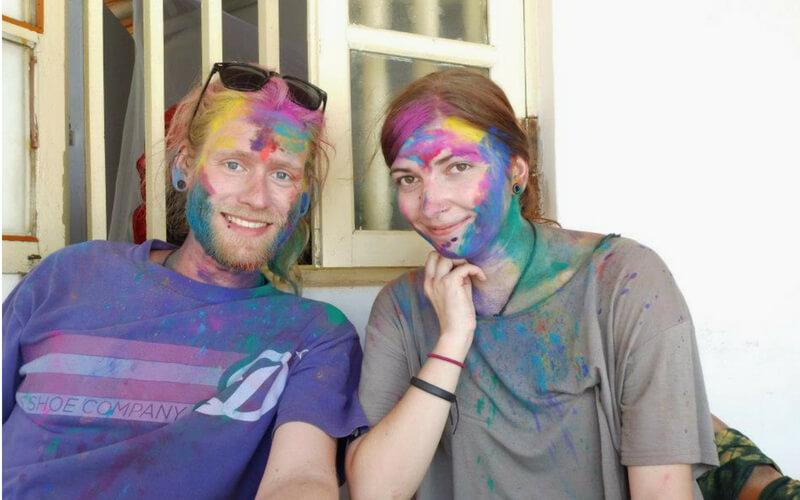 Bunt gefärbt im Gesicht nach einem Spaziergang an Holi
