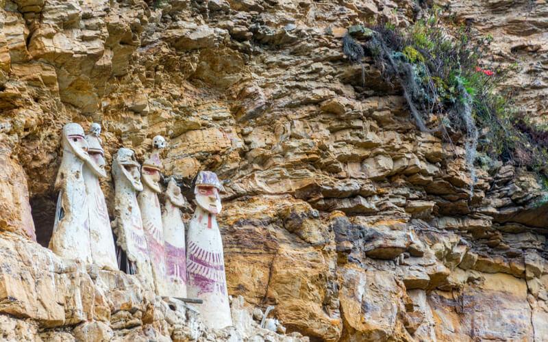 Sarkophage bei Karajía, Peru