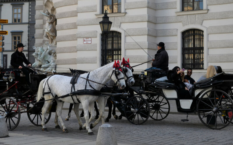 Fiaker vor der Hofburg, Wien, Österreich