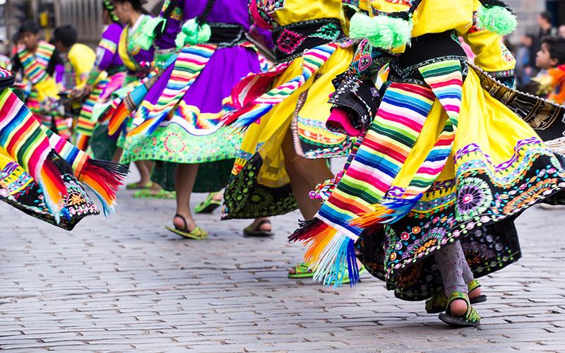 Bunte Gewänder in Peru