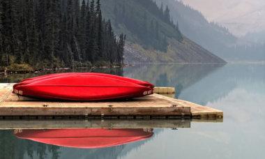 Kanureisen – ein Kanu am See