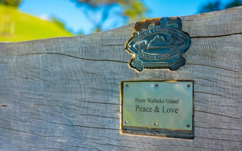 "Schild ""From Waiheke Island Peace & Love"""