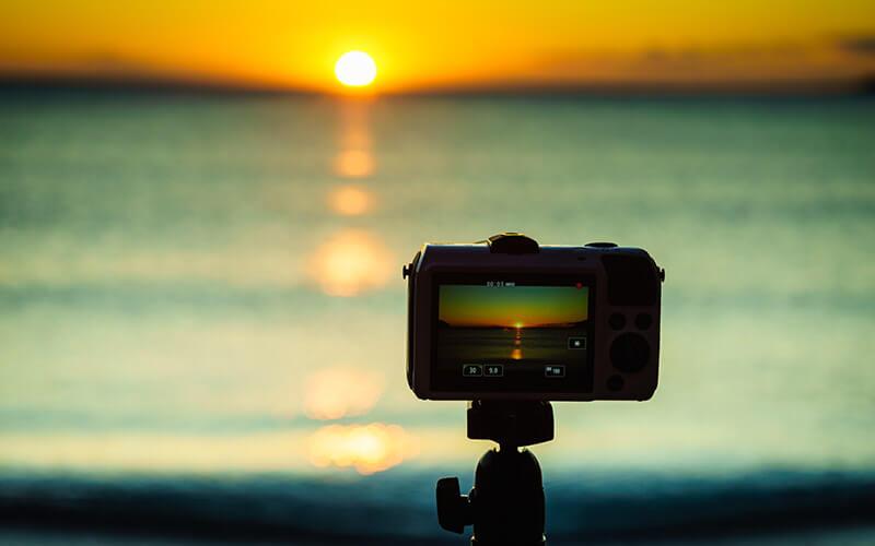 Spiegellose Kamera fotografiert Sonnenuntergang