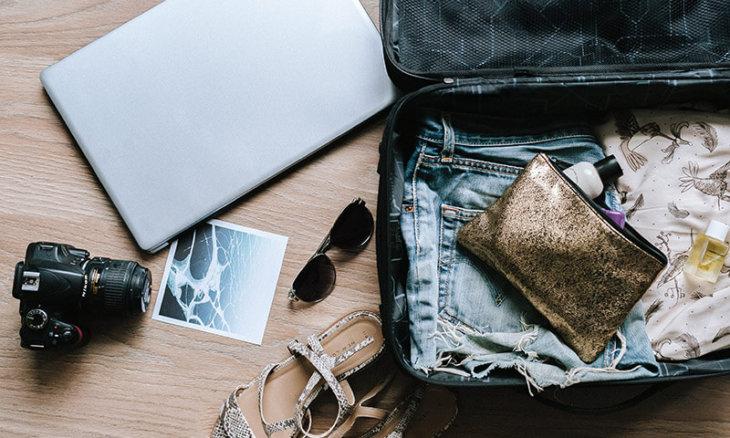 Koffer mit ReiseZutaten und Kamera