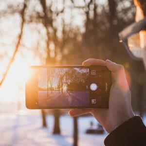 Smartphone macht ein Gegenlicht-Foto