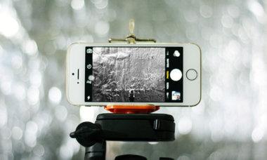 Smartphone auf Stativ mit Schwarzweiss-Modus