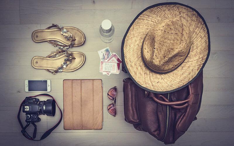 Reiseutensilien, eine Kamera und ein Smartphone