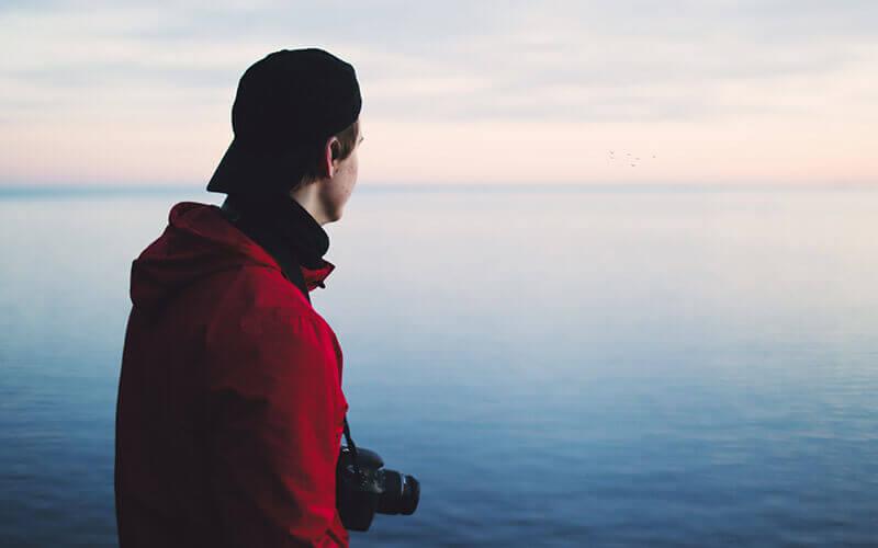 Fotograf schaut aufs Meer - Photo by Sindre Strøm from Pexels