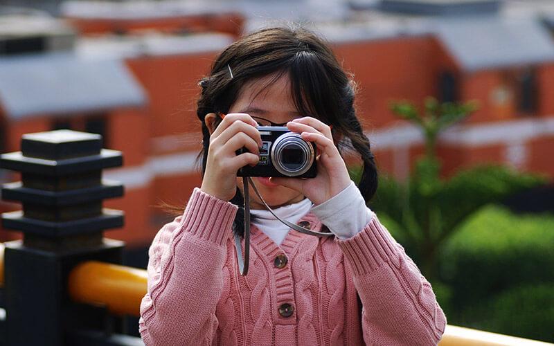 Kind mit Kompaktkamera