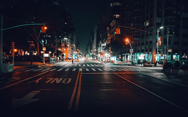 Eine leere Straße bei Nacht