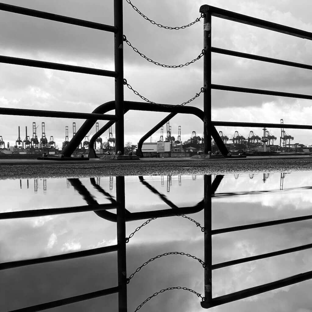 Spiegelung Geländer Hamburger Hafen