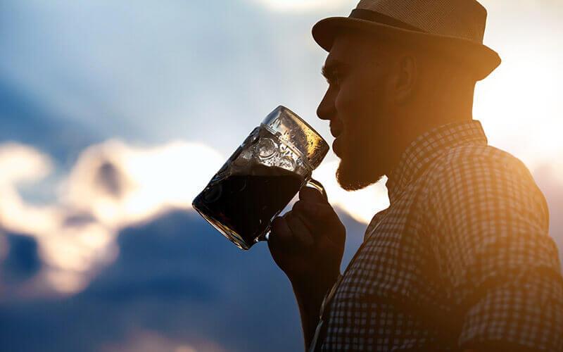 Mann, der frisch gebrautes Bier probiert - © Depositphoto - Mikhail Krutsenyuk