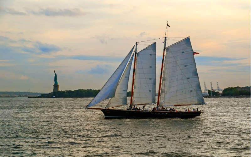 Segeltörn Manhattan: New York Harbour Skyline. Freiheitsstatue und Segelschiff