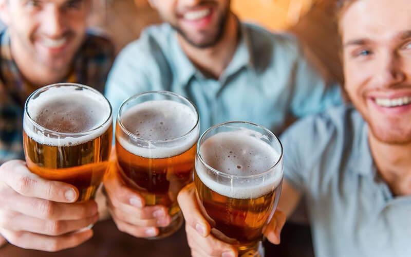 3 Männer mit Bier - © Depositphoto - Denys Golub